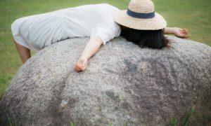 石の上で寝る