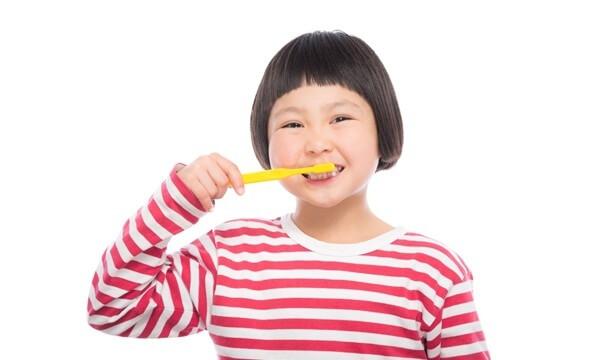 歯磨きをする少女