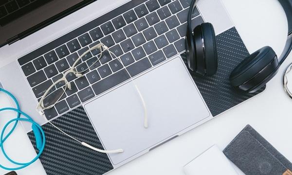ヘッドフォンとパソコン