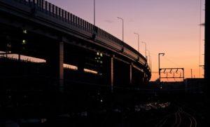 高架線と夕暮れ