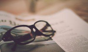 折りたたまれたメガネ