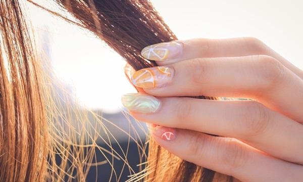 髪の毛を持つ手