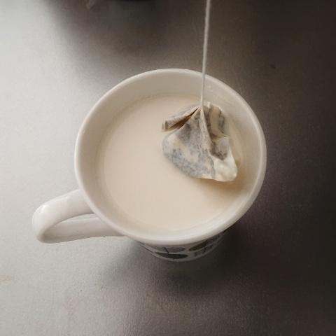 牛乳とティーバッグ